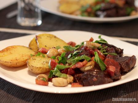 wołowinę po burgundzku z ziemniakami
