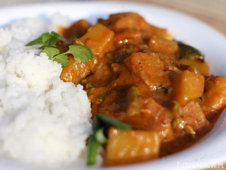 Czerwone curry z krewetkami na talerzu