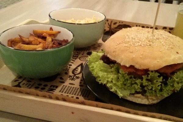 Nova Krova seitan frytki burger